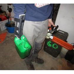 Utilisation de la prothèse à crochet pour le transport de matériel