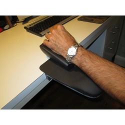 Le calage de la main évite au bras de glisser du repose bras