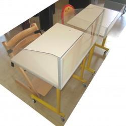 Table de réfectoire adaptée, avec parois en Plexiglas