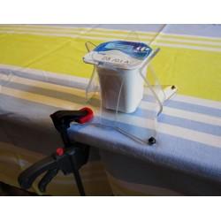 Aide technique pour maintenir les pots de yaourt ou les verres en les bloquant sur la table.