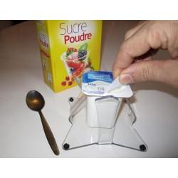 Maintien des pots de yaourts pour ouvrir le couvercle d'une seule main.