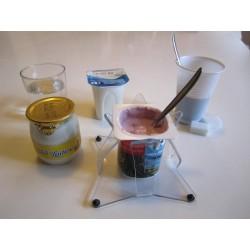 Système de blocage des pots de yaourt, verres, ou gobelets pour les personnes ayant des tremblements ou une seule main.