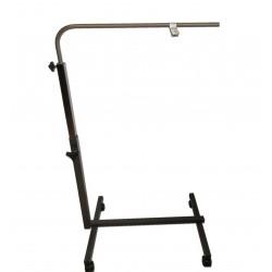 Pied perche à roulettes servant de support mobile pour utilisation d'accessoires au-dessus d'un lit
