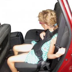 Harnais de maintien en voiture avec système d'attache sur le dossier