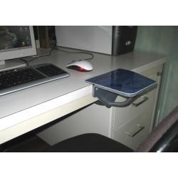 calage du bras devant la souris sur poste informatique