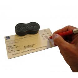 Aide technique pour tenir la feuille de papier pendant l'écriture lorsque l'on n'a qu'une seule main valide