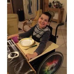 Tablette amovible pour handicapé en fauteuil, abaissée sous le niveau de la table