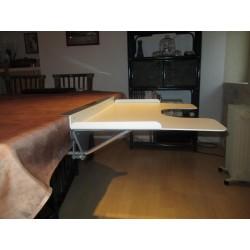 tablette à encoche placée plus bas que le plateau de table
