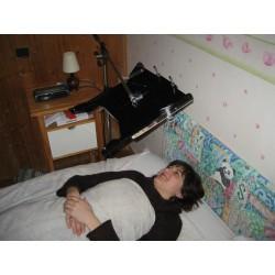 exemple d'utilisation du pied perche pour support de lecture KALIRE en position allongée