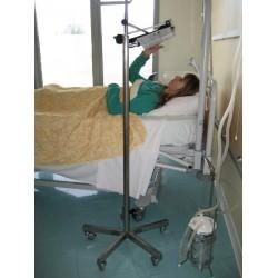 La barre transversale peut s'adapter aux pieds porte sérum hôpitaux pour une utilisation du pupitre KALIRE