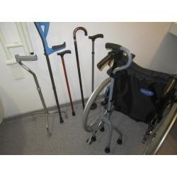 Porte canne ou béquille pour fauteuil roulant