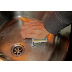 L'éponge est essorée par une pression de la paume de la main.