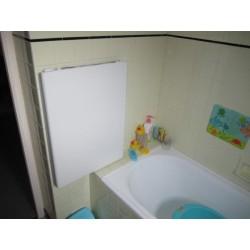 Table à langer reposant sur le bord de la baignoire