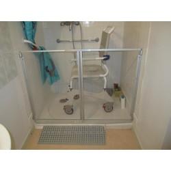 Faible encombrement du pare-douche ouvert pour laisser le passage du fauteuil roulant