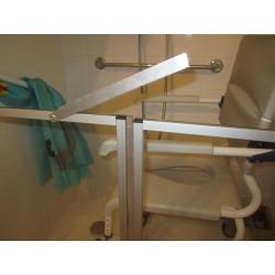 Détail du système de fermeture de la porte de douche rabaissée