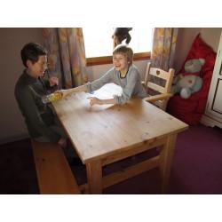 Les parents peuvent s'asseoir en face pour jouer ou travailler