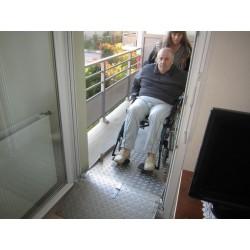Rampe de seuil amovible, dépliée pour l'accès au balcon en fauteuil roulant