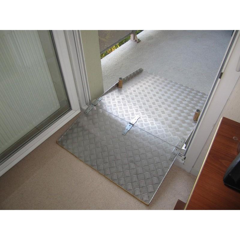 Rampe en aluminium dépliée par-dessus le seuil de porte