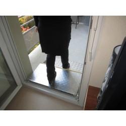 Rampe de seuil repliée pour la fermeture de la porte ou le passage des personnes valides