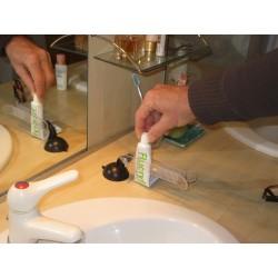 On place le tube ou le flacon facilement d'une seule main