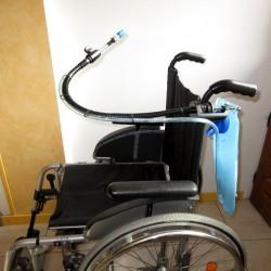 Support flexible pour tuyau de boisson et poche à eau, adaptable sur fauteuil roulant ou lit par exemple.