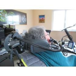 Contacteur sur flexible pour commande à la joue, fixé sur appui-tête de fauteuil roulant