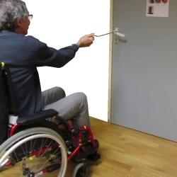 Crochet pour ouvrir à distance les portes depuis un fauteuil roulant