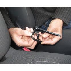 Appareil destiné aux personnes handicapées ou atteinte d'arthrose et ne pouvant plus déverrouiller la ceinture de sécurité