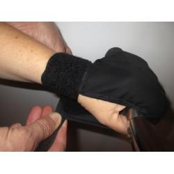 Fermeture du gant de maintien autour du guidon par Velcro