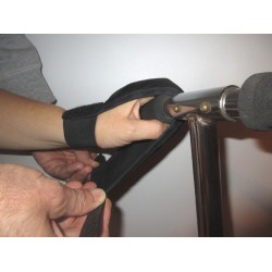 L'enveloppe du gant fait le tour du guidon pour refermer les doigts autour de la poignée